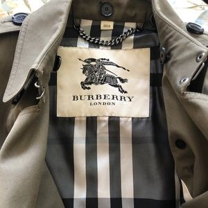 Authentic Burberry trench coat in green. Fits 00&0